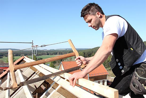 Zimmerer bei der arbeit  Karriere - Zimmerer-Innung Ansbach